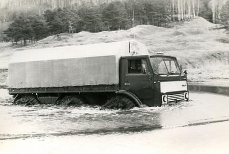 ЗИЛ-132 преодолевает водные преграды
